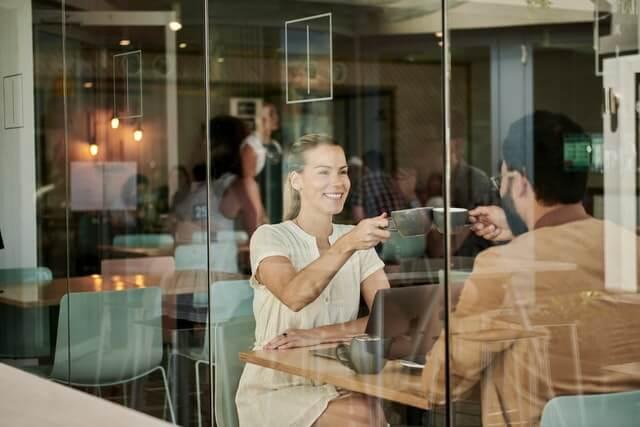Frauen in Cafes und Restaurants kennenlernen
