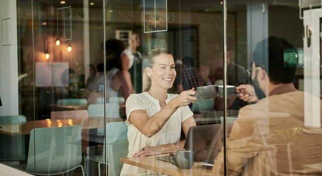 Frauen treffen an verschiedenen Orten